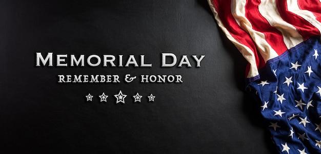Conceito de feliz dia do memorial feito da bandeira americana com texto em fundo de madeira