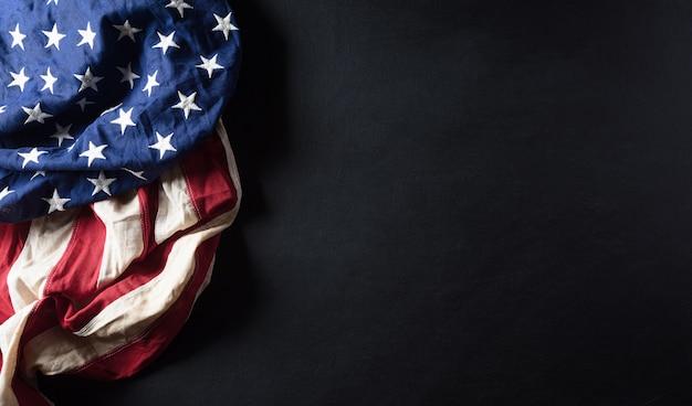 Conceito de feliz dia dos veteranos. bandeiras americanas contra um quadro-negro