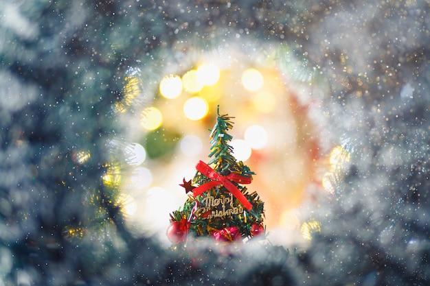 Conceito de feliz natal com árvore de natal em fundo circular bokeh