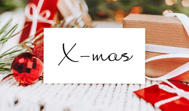 Conceito de feliz natal e feliz ano novo com caixas de presente e cartão com texto de natal
