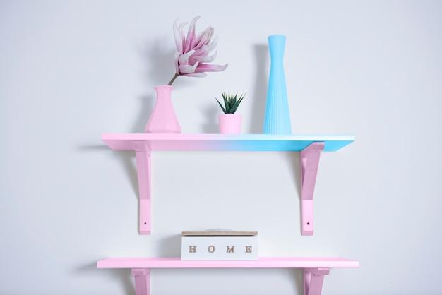 Conceito de feminilidade nas cores rosa pastel e azul