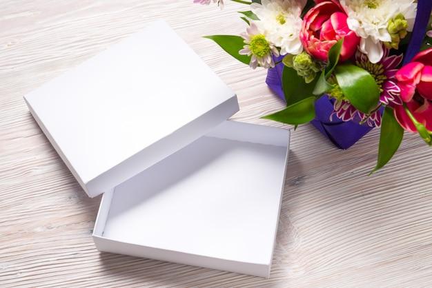 Conceito de feriado, caixas de presente na mesa de madeira