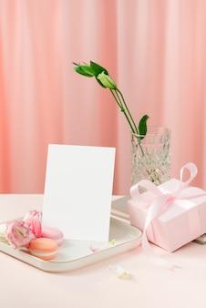 Conceito de feriado de aniversário, dia das mães ou dia da mulher com bolo e presente
