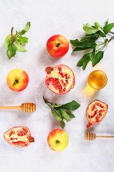 Conceito de feriado de ano novo judaico de rosh hashaná. maçãs, mel, romã.