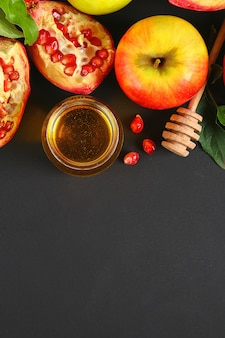 Conceito de feriado de ano novo judaico de rosh hashaná. tradicional. maçãs, mel, romã