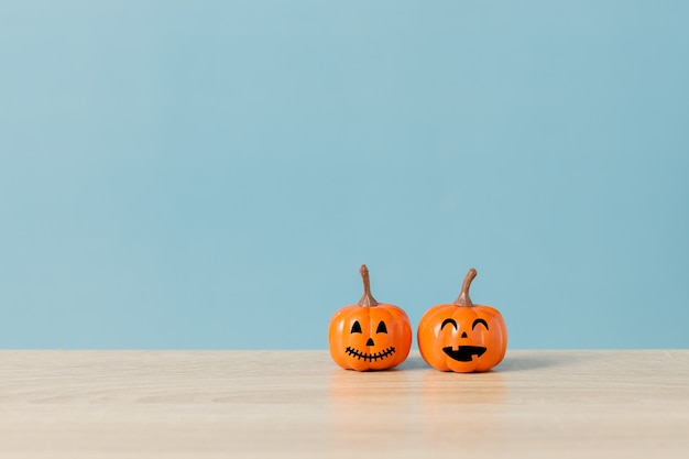 Conceito de feriado de halloween com jack o lantern rosto sorridente e fundo azul