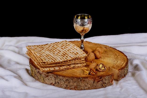 Conceito de feriado de páscoa com vinho e matzoh sobre fundo rústico com espaço de cópia