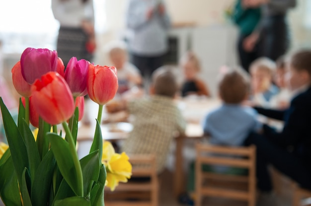 Conceito de feriado de primavera, dia das mulheres ou dia das mães na escola de montessori