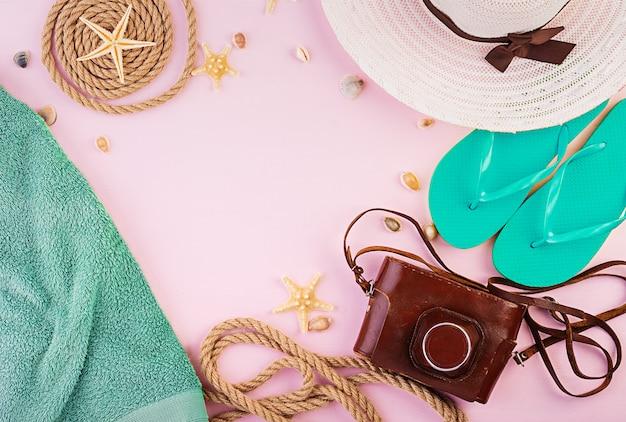 Conceito de férias. acessórios de férias feminino colorido. postura plana de verão. vista do topo