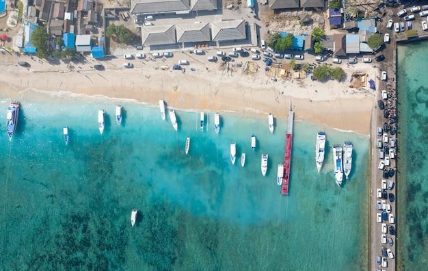 Conceito de férias. bela top down drone shot de navios em toya pakeh harbour. nusa penida, bali - indonésia