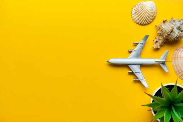 Conceito de férias com avião em um fundo amarelo