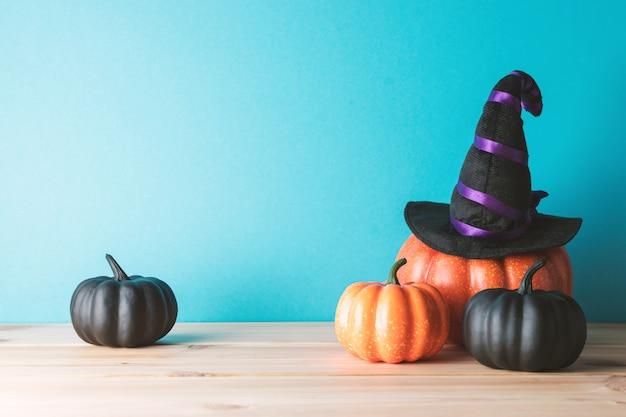 Conceito de férias com decoração de abóbora de halloween e chapéu de bruxa