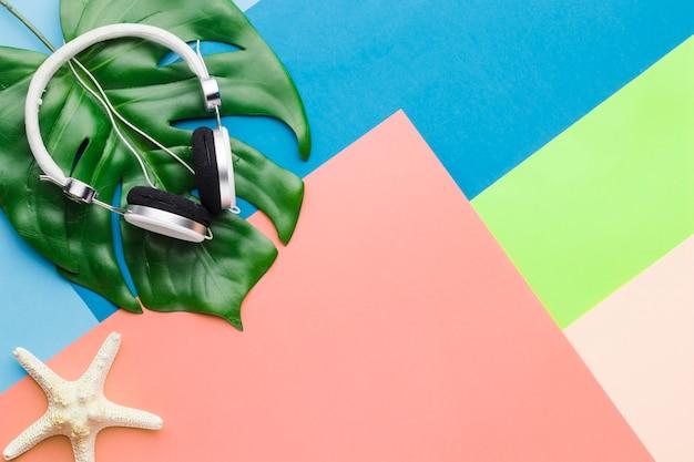 Conceito de férias com fones de ouvido