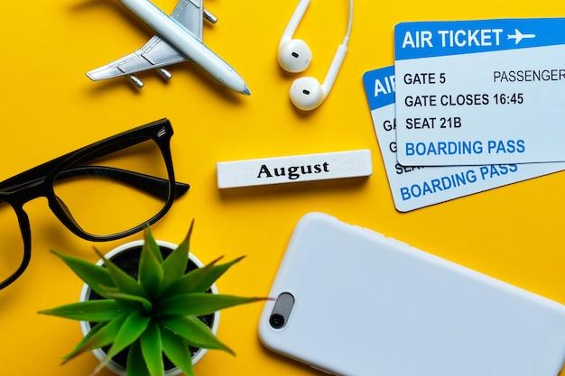 Conceito de férias de agosto com o avião na vista superior fundo amarelo