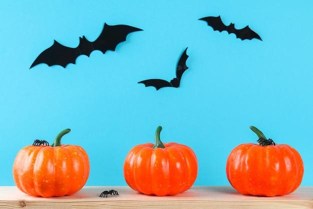 Conceito de férias de halloween com decoração de abóbora na mesa de madeira.