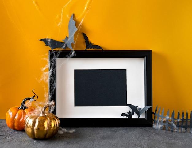 Conceito de férias de halloween feliz. decorações de halloween, abóboras, morcegos, moldura preta.