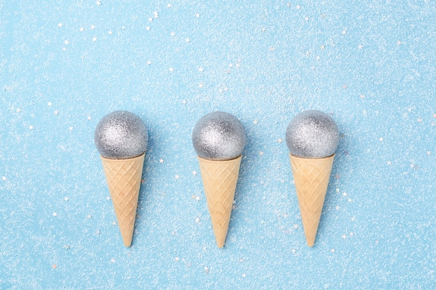 Conceito de férias de inverno casquinhas de sorvete com bolas de natal.