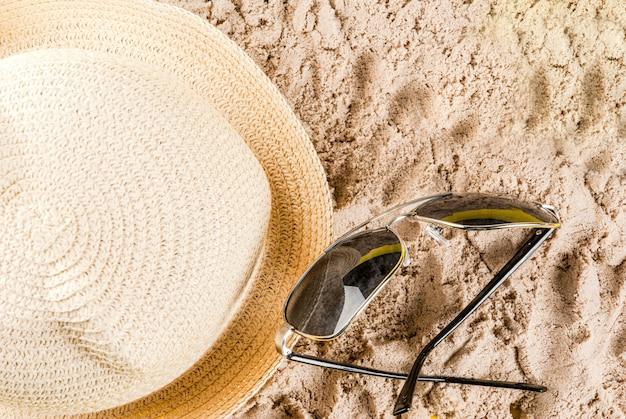 Conceito de férias de verão, com chapéu, óculos de sol