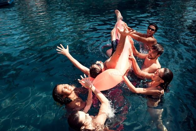 Conceito de férias de verão. festa na piscina