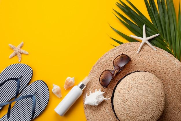 Conceito de férias de verão plana leigos. vista superior de acessórios de praia. espaço para texto. viagem