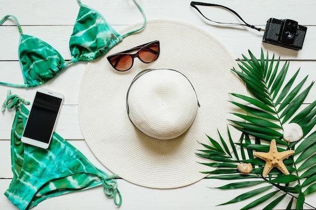 Conceito de férias de verão tropical branco e verde com espaço vazio