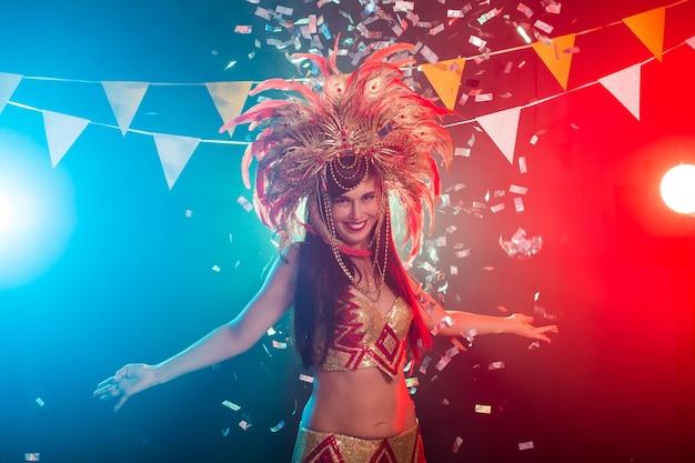 Conceito de férias, festa, dança e vida noturna - mulher bonita vestida para a noite de carnaval