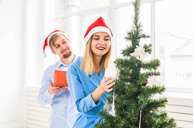 Conceito de férias - homem dando um presente de natal para a namorada.