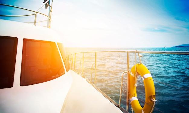 Conceito de férias - yatch sailing against at sunset