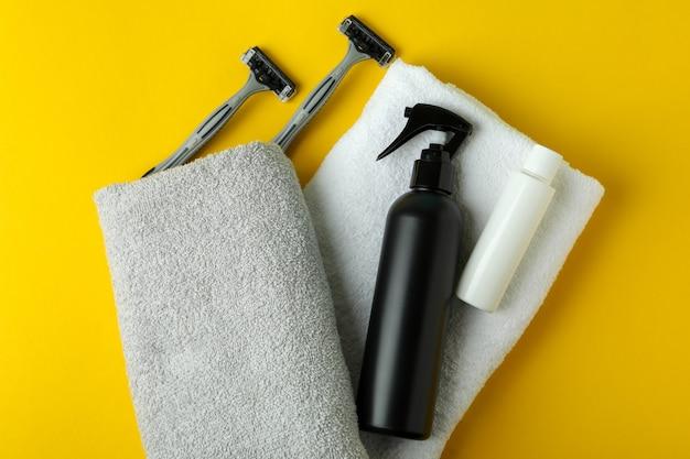 Conceito de ferramentas de higiene masculina em fundo amarelo isolado