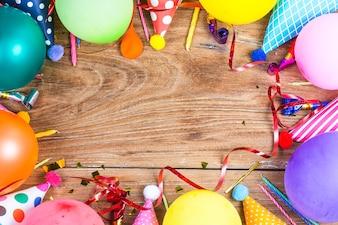 Conceito de festa de aniversário no fundo branco padrão de exibição de topo