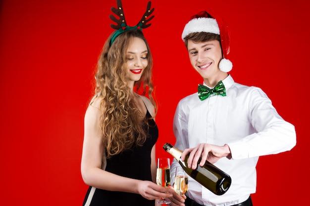 Conceito de festa de ano novo diversão feliz sorrindo amigos hipster companhia vestindo traje de carnaval de conto de fadas santa deer christmas hat segurando a garrafa de champanhe de vidro comemorando as férias de inverno