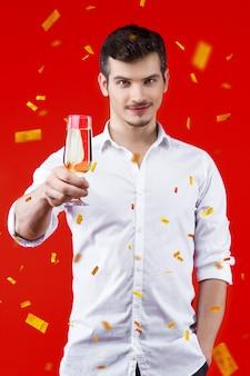 Conceito de festa de ano novo feliz diversão sorrindo charmoso homem hipster bonito cara comemorando inverno férias de natal vestindo camisas brancas segurando vidro champanhe