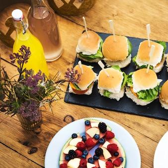 Conceito de festa de celebração de comida de configuração de tabela
