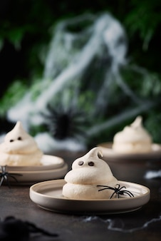 Conceito de festa de halloween com merengue e aranhas, imagem de foco seletivo