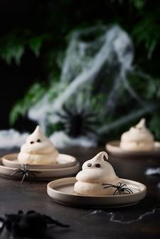Conceito de festa de halloween com merengue e aranhas