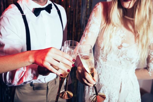 Conceito de festa do ano novo com o casal segurando óculos