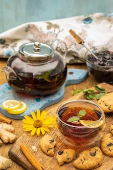 Conceito de festa do chá com biscoitos doces com gotas de chocolate em foco seletivo de mesa de madeira