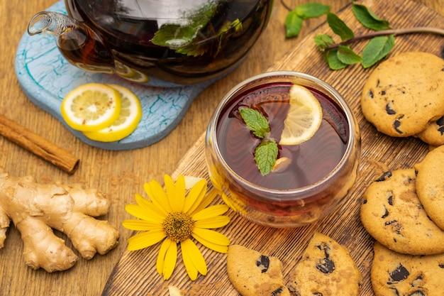 Conceito de festa do chá com biscoitos doces com gotas de chocolate na mesa de madeira com foco seletivo