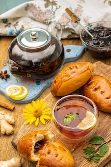 Conceito de festa do chá com bolos doces em foco seletivo de mesa de madeira