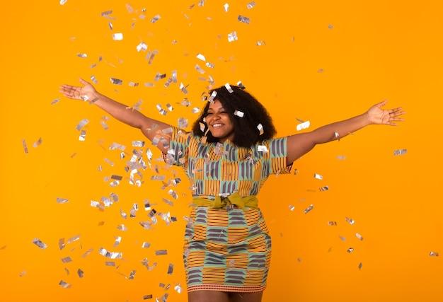 Conceito de festa, feriados e aniversário - celebrando a felicidade, jovem dançando com um grande sorriso