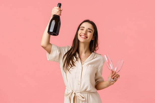 Conceito de festa, feriados e comemoração. alegre sorte jovem morena se divertindo