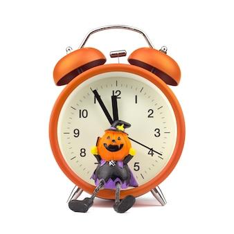 Conceito de festival holloween. laranja despertador com brinquedo de fantasma de abóboras