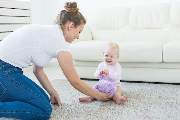 Conceito de filhos e pais - mãe e seu bebê em casa