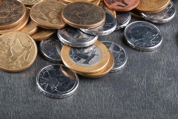 Conceito de finanças com moedas reais brasileiras.