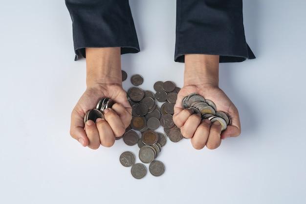 Conceito de finanças e contabilidade. mulher de negócios, segurando a moeda na mesa
