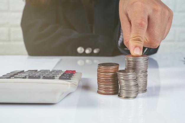 Conceito de finanças e contabilidade. mulher de negócios, trabalhando na mesa