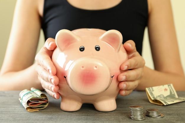 Conceito de finanças e economia com cofrinho