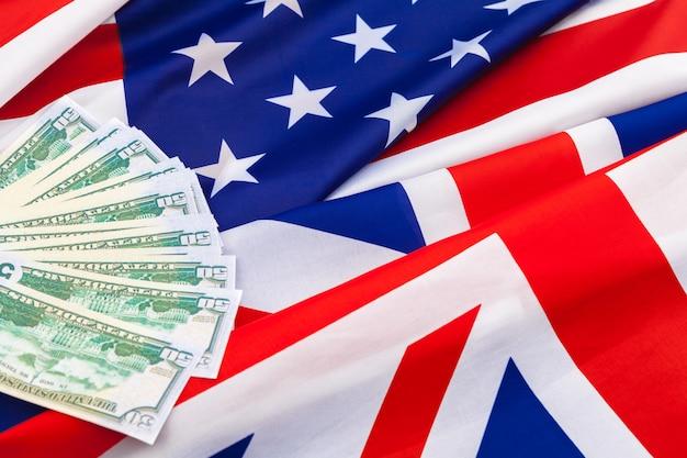 Conceito de finanças e nacionalismo - close-up da bandeira americana e dinheiro