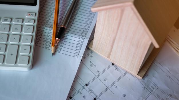Conceito de finanças imobiliárias sobre a oferta de empréstimo hipotecário e o seguro da casa.