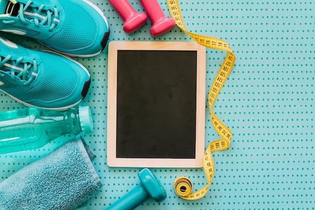 Conceito de fitness com ardósia e sapatos